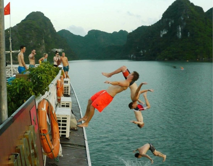 Oasis Bay Cruise-Jumping
